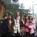 2013.02.17日月湖日本料理店前合影1