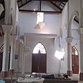 這是我們前兩天義診的教堂內部,中午午休司機先生躺在候診區休息。