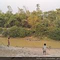 河對面樹木繁茂的是富有的省,因為有吳哥窟;河這邊不毛之地是我們義診的地方,一看就知道很窮,沒有電力設備。