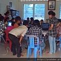 當地教育資源缺乏。義工教導當地孩童學習電腦和英文,讓他們謀生更有利。