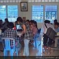 這間教室有30明學童。當地小學老師平均薪資為150美元,如果學會英語或華語或會電腦,到飯店工作,可以增加約50美元薪資。