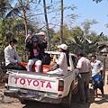 這是來協助的當地志工,義診結束後準備Say Good-bye。