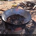 他們就是用這樣的油鍋炸的,爸爸因為還不能入境隨俗,所以都不敢吃。