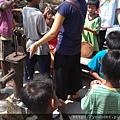 第四天一早趕到吳哥窟走馬看花的參觀完,下午到TK 義診。這是我們教小朋友刷牙的一景。當地還是用幫浦取水。