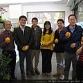 醫師也都手握橘子,代表大吉大利,希望2014年都能心想事成.1jpg.jpg
