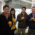 醫師也都手握橘子,代表大吉大利,希望2014年都能心想事成.jpg