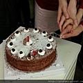 手牽手一起切蛋糕,大家工作時也要像這樣齊心協力。.jpg