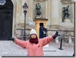 瑞典斯德哥爾摩市區觀光--逛舊城區2015.02.16-在王宮前和衛兵合影,不能站的太靠近會被趕。