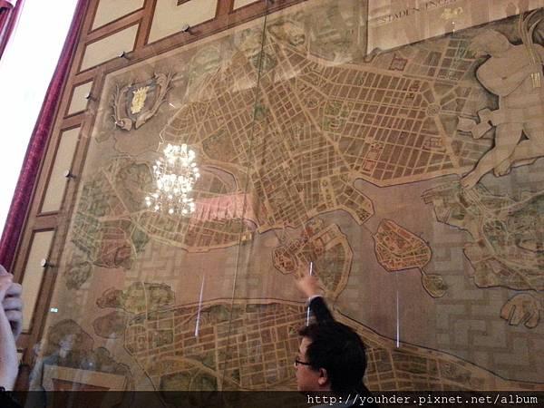 當地導遊讓我們看整個市區的地圖.jpg