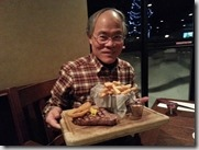 20160207_今天應該是台灣過年,有鑑於昨天除夕在前一家旅館花大錢又受氣,我們今天決定到美式足球餐廳享受一下真正的西式食物。爸爸點的是10盎司的牛仔牛排。