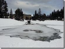 20160207_露意斯湖周遭冬日的雪景。湖面多數已經結冰,只剩這一小塊未結冰,我們多數是走在結冰的湖面上。