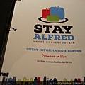20160202_美國西雅圖前兩晚住宿,旅館貼心準備齊全的介紹手冊,裡面有住宿內各項設備使用方式、住宿規範、附近推薦餐廳、景點的交通搭乘方式等等。.jpg