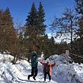 20160204_Leavenworth小鎮之旅。走入清晨的樹林尋找旅館人員推薦的小河風景。在雪地跳躍。-5.jpg