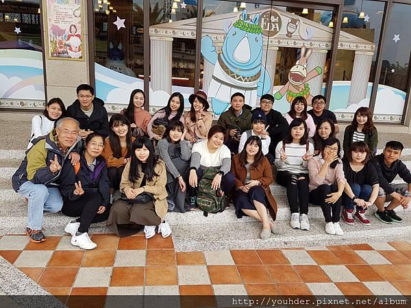 20161230_旅遊第一張團體照--義大遊樂園。.jpg