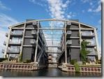 20170824_建立在水邊的公寓,也設計了船可以進入的水道。