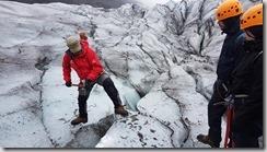 20170827_導遊示範如何在冰川上安全行走。
