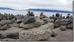 20170902_沿著海岸有許多代表祈福的石頭堆。