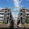 20170824_建立在水邊的公寓,也設計了船可以進入的水道。.jpg