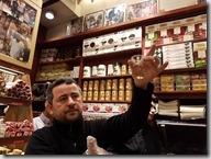 20180105_090500埃及香料市場4--導遊帶我們到市場的這家店,店家示範如何辨別番紅花的好壞
