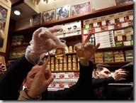 20180105_090539埃及香料市場4--導遊帶我們到市場的這家店,店家示範如何辨別番紅花的好壞2