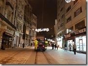 20180104_221524伊斯坦堡住宿佩拉皇宮酒店,走出去轉個彎就是熱鬧的街道。2