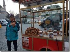 20180106_175046逛完喀帕爾有頂大市集將口袋最後的里拉買了土耳其傳統的圈圈餅