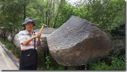 20180611_100016先生說;這真的是隕石嗎?敲敲看,不會也是山寨吧?