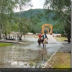 20180614_172449由禾木村前往附近的山上要經過這橋和小溪。