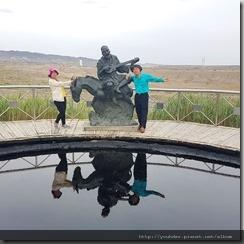 20180615_173408黑油山。地陪要我們一定要走到這個雕像前照相留念,可間自己的倒影在蒿由中清晰可見。