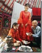 20180617_150000哈薩克民族家訪--美麗的女主人烹煮新鮮的奶茶。1