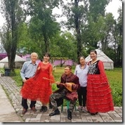 20180617_151737哈薩克民族家訪--和主人家合照。