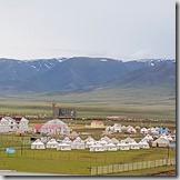 20180617_213243_001巴音布魯克景區內的天河源酒店,遠處是蒙古包的飯店,導遊說看似好玩但不好住。