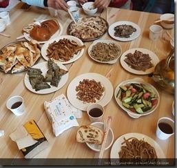 20180618_135944因為下雨,所以野餐改在蒙古包內進行,非常豐盛,恰逢端午節,還有可愛的小粽子。3