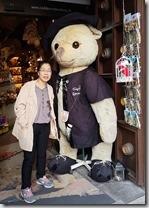 20190424_190456羅騰堡,我們沒有參觀泰迪熊博物館,在街上和泰迪熊合影聊表心意