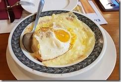 20190430_194431晚餐是策馬特民俗風味料理--大家都被這道奇怪的起司料理驚到,同團中一位團員甚至驚嚇到馬上衝出去呼吸新鮮空氣。
