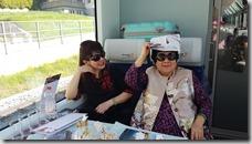 20190501_093027王媽媽的創意--用車上發給我們的宣傳單折帽子對抗驕陽