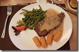20190501_200432今天的晚餐--牛排,旁邊的小馬鈴薯比牛排還好吃。