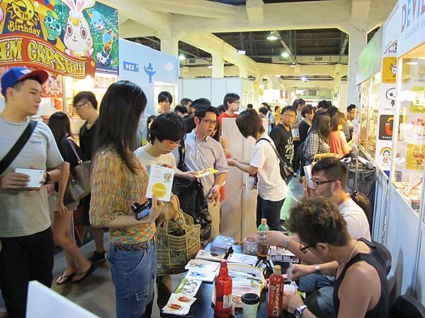 這是豆腐人的作者,在小逸前往的當天,作者還親切地幫顧客畫臉譜簽名唷。