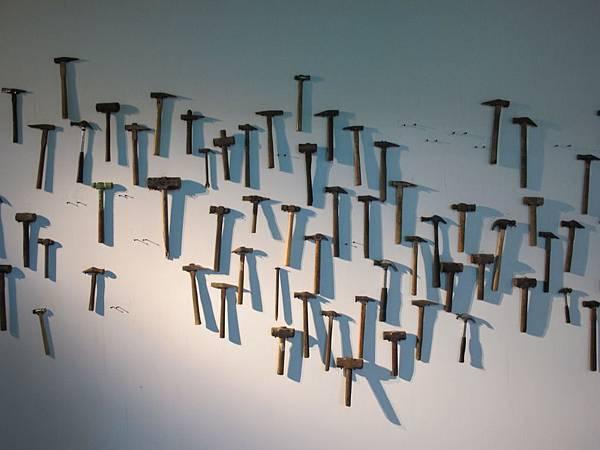 2.9走進展場,排排掛著的榔頭為展覽揭開驚奇序幕
