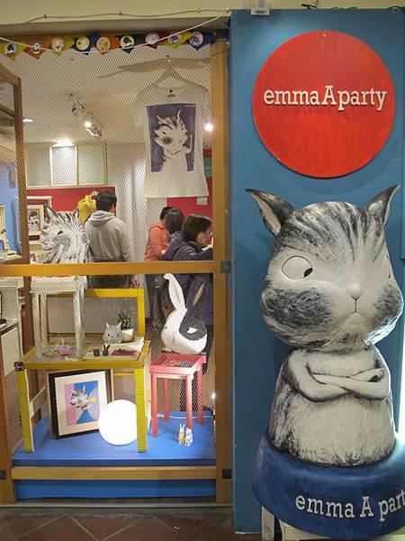 2.1EmmaAparty 位於西門紅樓店面,鎮店之寶 抱胸貓咪公仔