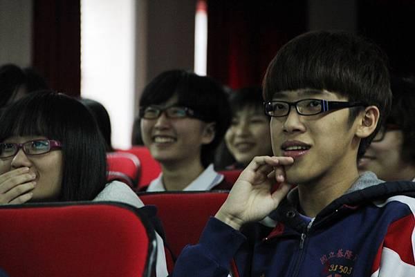 6.演講過程中,幽默逗趣的口吻總讓學生們全神貫注並被逗得呵呵大笑