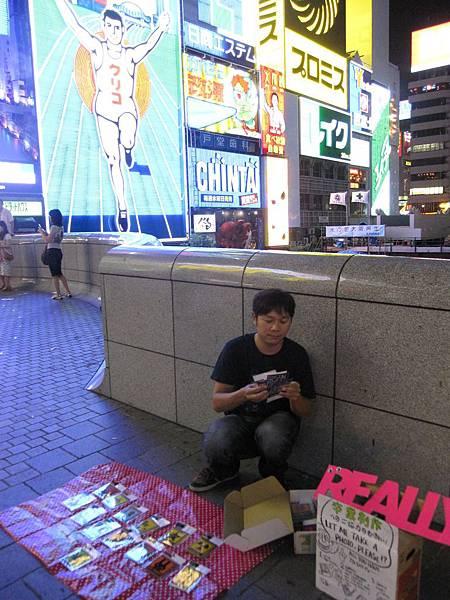 在日本街頭同樣擺起地攤,面對陌生環境勇於行銷自我商品。