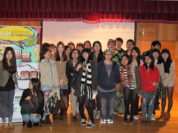 活動將近尾聲創意名人講堂馬賽KYO與景文科技大學學生大合照!