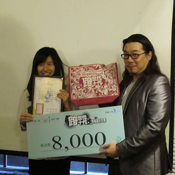 台灣海報設計協會理事長 吳介民頒發獎狀給第三名得獎者
