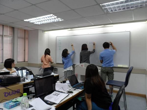 圖3學員們正在白板上寫下自己發想的的公益商品