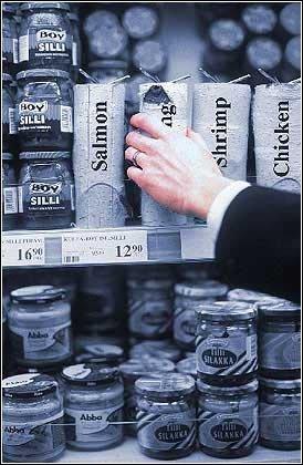 1.這個鮭魚罐頭在眾多罐頭產品中絕對是個另類,因為牠的食用方法很特別...