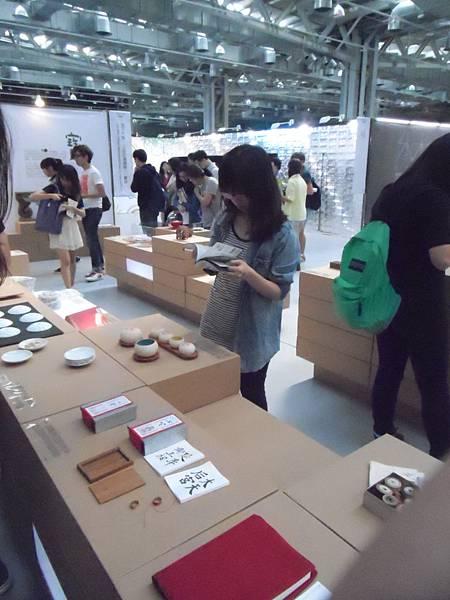 3.小瑜聽取Winner的建議從導覽手冊中尋找作品的相關故事!