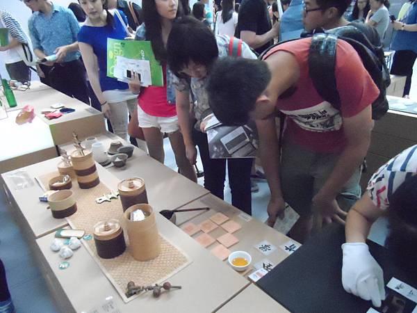 4.學員們認真地觀察作品的材質與紋路擺設!