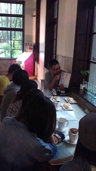 4.Winner老師正在跟學員討論商品的特性與發展!