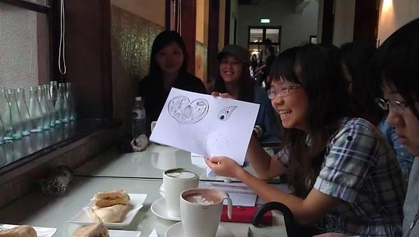 3.小褚開心的分享著自己的雷射木雕設計!